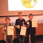 Ben, Colin und Patrick vor dem Wappen