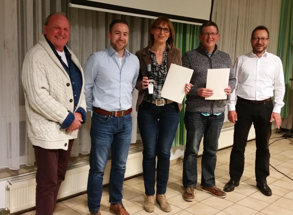 Reinhardt Giebel, Marc Beerwart (links) und Klaus Weber (rechts) gratulieren Eva Holzwarth und Tobias Enge zur 25jährigen Mitgliedschaft.